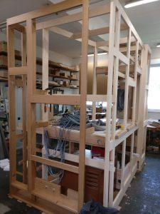 Werkstattmontage Versöhnung - Der Spieltischrahmen ist aufgestellt