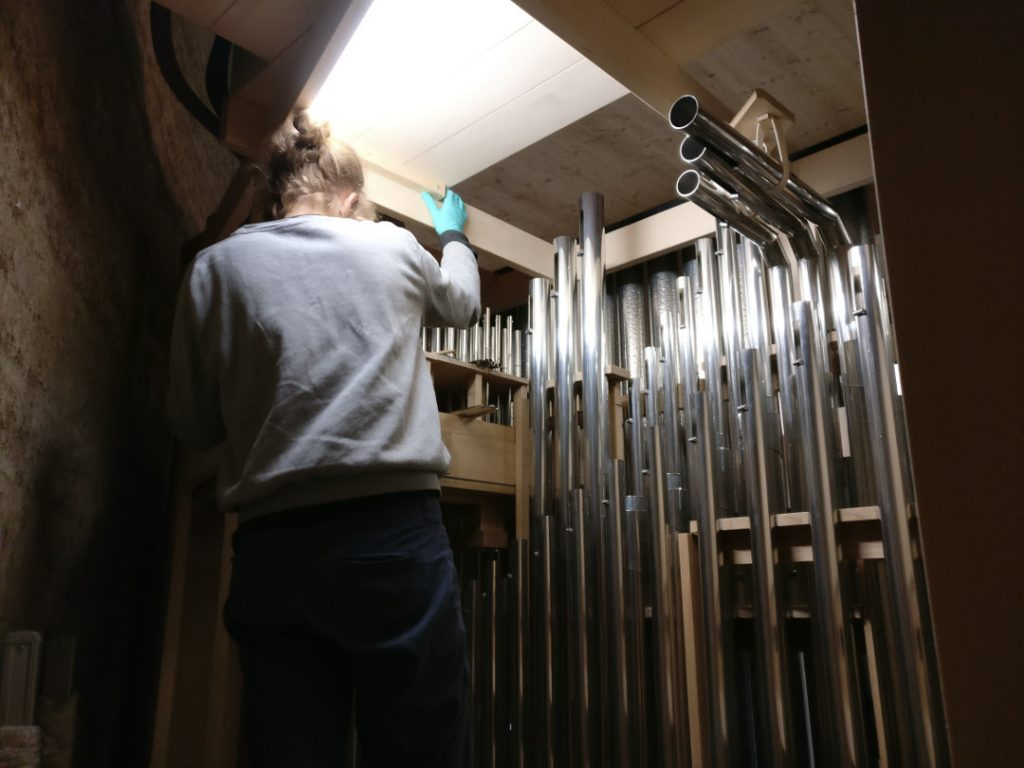 Kapelle der Versöhnung - Eine Mitarbeiterin intoniert Labialpfeifen auf der Diskant-Windlade