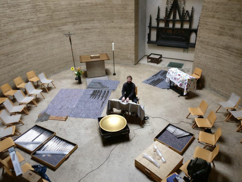 Kapelle der Versöhnung - Ein Intonateur spielt die Orgel mittels MIDI-Keyboard aus dem Kirchenraum