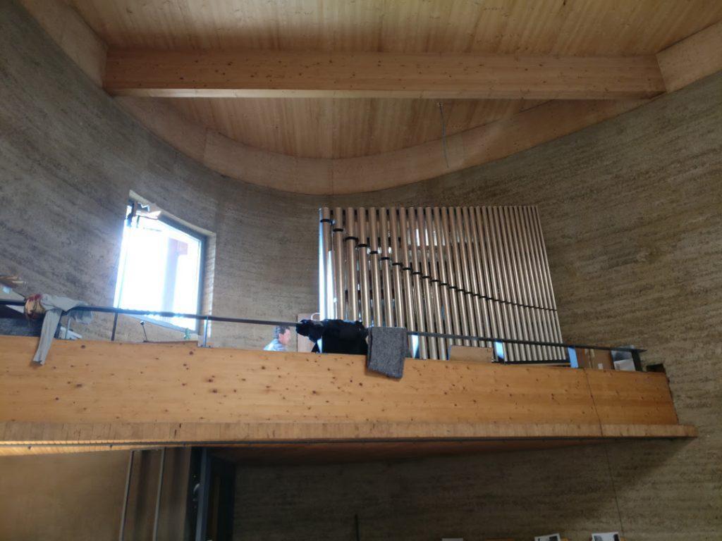Kapelle der Versöhnung - Blick von unten auf die fertig intonierte und gestimmte Orgel