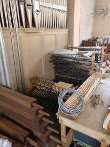 Köln Ehrenfeld - Ausgeräumtes Pfeifenwerk auf der Orgelempore