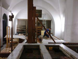 Der obere Teil der Orgel in St. Marien ist abgeräumt, die Pfeifen zur Reinigung und Überarbeitung in einem Nebenraum eingelagert