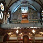 Blick von unten auf die Orgel mit entferntem Prospekt-Mittelfeld